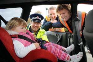 copil in scaun de masina cu politist