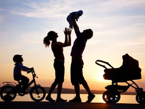 familie cu 2 copii fericiti