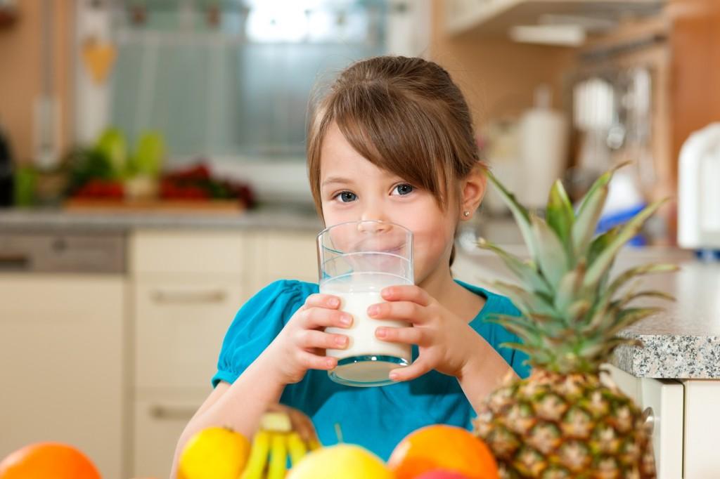 fetita cu lapte si fructe