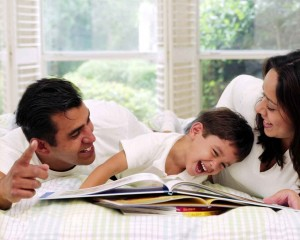 parintii si copilul se distreaza citind